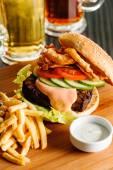 Hamburger, patates kızartması ile — Stok fotoğraf