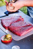 Cocinero haciendo carne — Foto de Stock