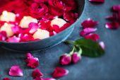 Красные розы с лепестками и свечи — Стоковое фото