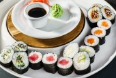 Tasty sushi rolls set on plate — Stock Photo