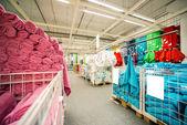 Handdukar till salu på marknaden — Stockfoto
