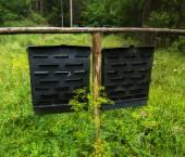 木製のフェンスにぶら下がっている金属板 — ストック写真