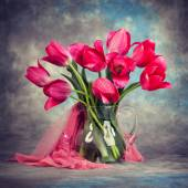 Beautiful tulips in a vase on the table — Stock Photo