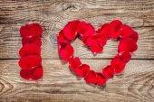 Inschrift, die ich Liebe geschrieben mit Rosenblüten — Stockfoto