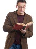 年轻人读一本书 — 图库照片
