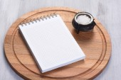 Cutting board and notepad — Stock Photo