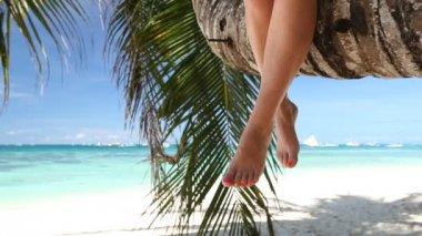 Woman sitting on palm — Stock Video