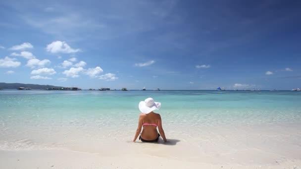 Chica sombrero relajante en la playa tropical — Vídeo de stock