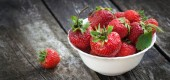 Ripe red strawberries on wooden table — Stock Photo