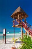 Lifeguard tower on caribbean beach — Stock Photo