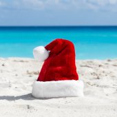 Santa Claus hat at caribbean sandy beach, Cancun — Stock Photo
