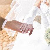 Ruce a kruhy na svatební kytice — Stock fotografie