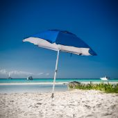 Sun umbrella on caribbean beach — Stockfoto