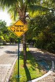 Topes verkeersdrempel teken op caribbean street, Mexico — Stockfoto