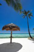 Sun umbrella on tropical beach — Stockfoto