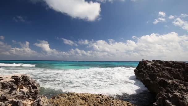 Océano con olas y rocas en la playa — Vídeo de stock