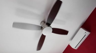 Electric ceiling fan and wall split-system air conditioner — Vídeo stock