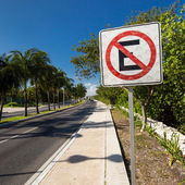 MEXICO, CANCUN - 5 MARCH 2015: No parking sign on caribbean stre — Stock Photo