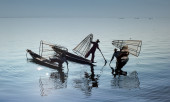 Outdoor photography of fisherman on traditional boat — Stock Photo
