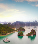 Halong Bay exotic sea and islands — Stock Photo
