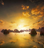 Sunset over the islands of Halong Bay — Stock Photo