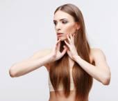 Vacker kvinna med ren frisk hud — Stockfoto