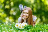 微笑着红发年轻漂亮的女人 — 图库照片