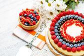 Cheesecake de frambuesa y arándano en mesa de madera — Foto de Stock