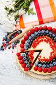 Himbeeren und Heidelbeeren Käsekuchen auf Holztisch — Stockfoto