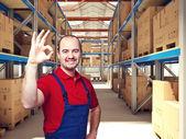 Man in magazijn — Stockfoto