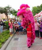 Performing a Chinese Lion Dance — Stock Photo