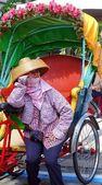 Kobiece Pedicab kierowca czeka na klientów — Zdjęcie stockowe