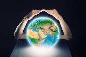 Human hands protecting Earth planet — Foto Stock