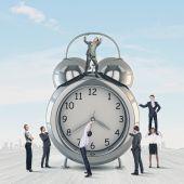 Clock and many businesspeople around — Stock Photo
