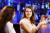 Women at bar and drinking cocktails — Stock Photo