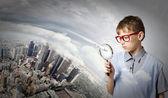 Boy exploring city — Stock Photo