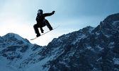 Snowboarder making jump — Stockfoto