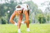 Femme de sport qui s'étend dans le parc — Photo