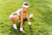 Sport kvinna stretching i park — Stockfoto