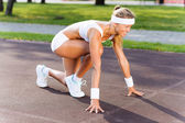 Sport woman in start pose — Stock Photo