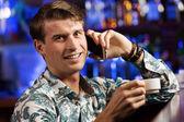 Man praten over telefoon in bar — Stockfoto