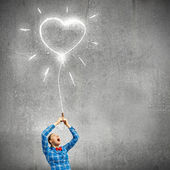 Woman holding heart shaped balloon — Stockfoto