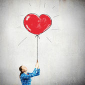 Woman holding heart shaped balloon — Foto Stock