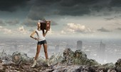 Woman walking with suitcase on shoulder — Stockfoto