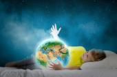 Yatakta yatan ve rüya şirin çocuk — Stok fotoğraf