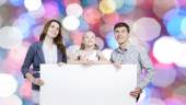 Famiglia felice holding striscione bianco bianco — Foto Stock