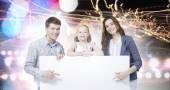 Szczęśliwe rodziny gospodarstwa biały pusty transparent — Zdjęcie stockowe