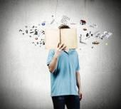 Adam tutarak açık kitap — Stok fotoğraf