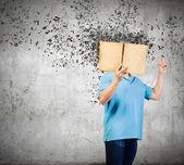 本を持つ男 — ストック写真
