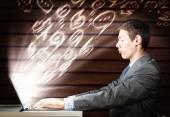 Hombre con ayuda de ordenador portátil — Foto de Stock